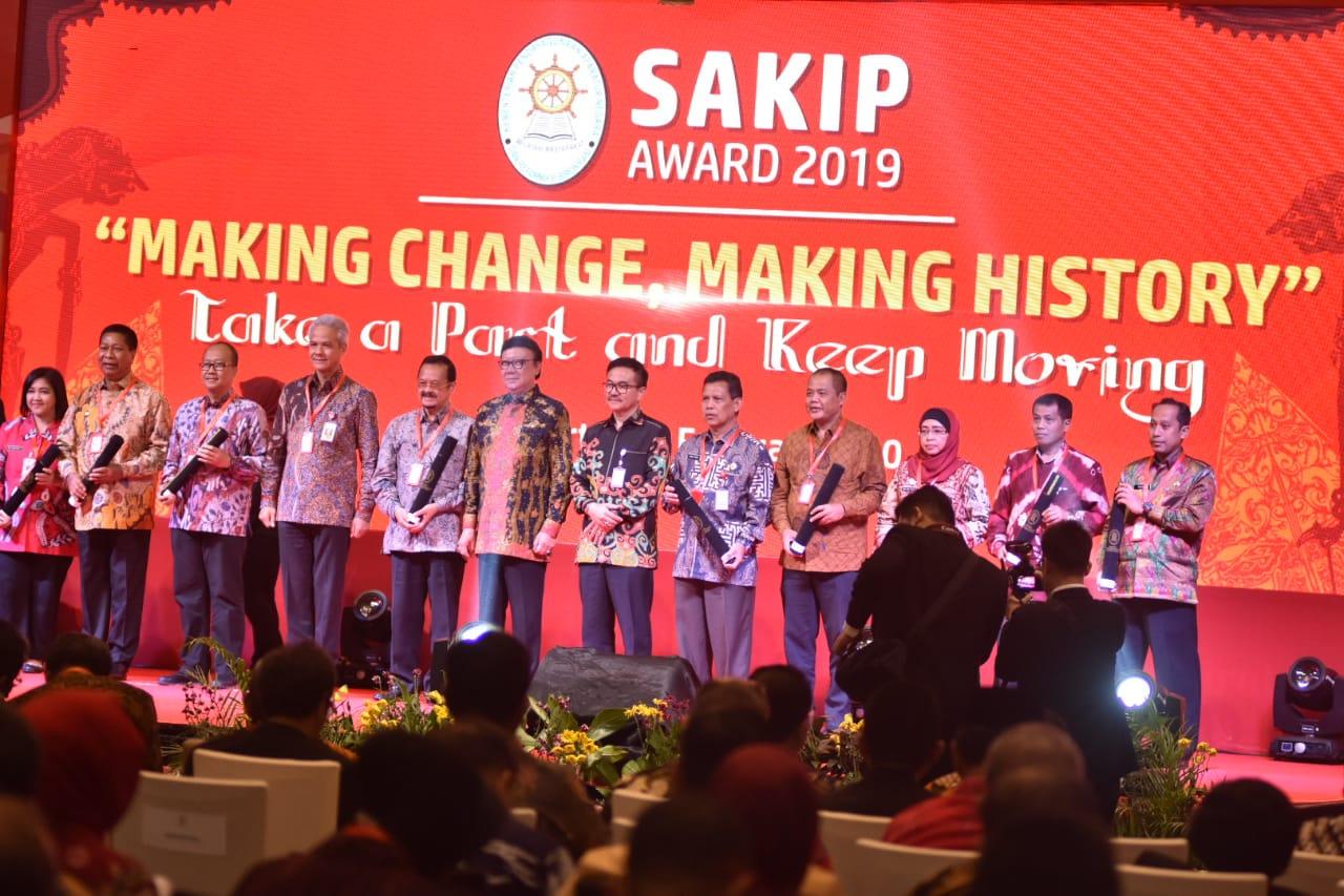 Program Kinerja Yang Efektif Dan Efisien, Bupati Karanganyar Terima SAKIP Award Dari Menpan RB